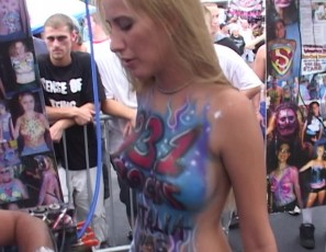 content/042514_real_girls_getting_body_painted_in_public/3.jpg