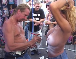 content/092916_hot_girls_getting_their_bare_tits_painted_in_public_on_duval_street/2.jpg